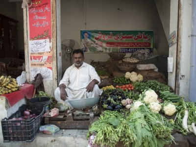 Help Riaz  stock his stall with fruit